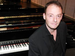 Piano lessons in London - Piano teacher Planet drum - Tom Falle
